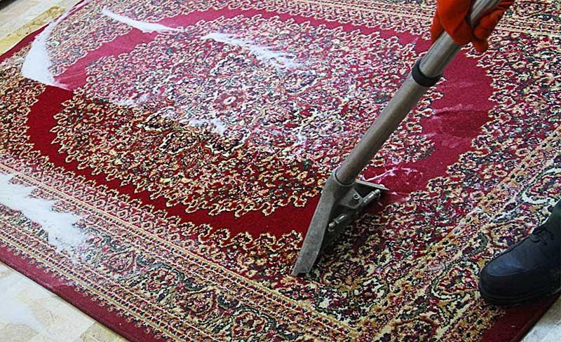 Risciacquo del tappeto dopo il lavaggio