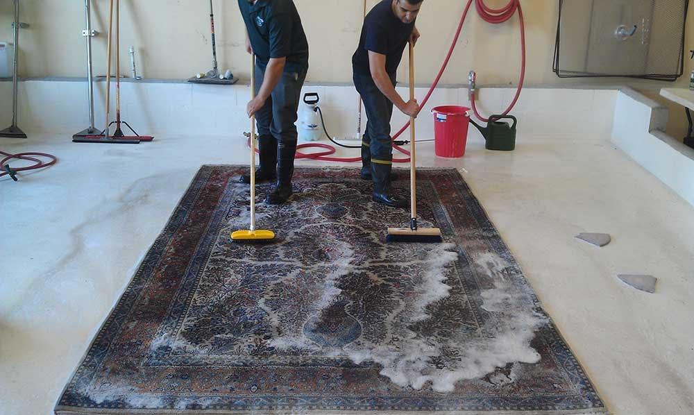 Lavaggio di un tappeto eseguito a mano