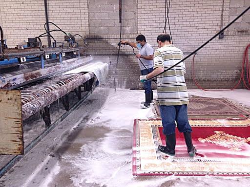 Lavaggio di un tappeto, fase di immersione in acqua